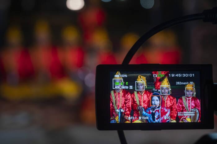Kameramen merekam penampilan musik tradisi dari sanggar seni Tanamodindi