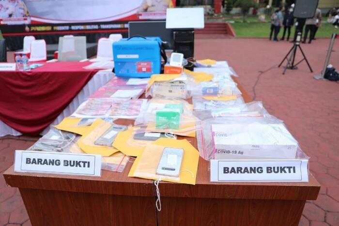 Barang bukti jual beli vaksin ilegal di Sumut. (Instagram/Polda Sumut)
