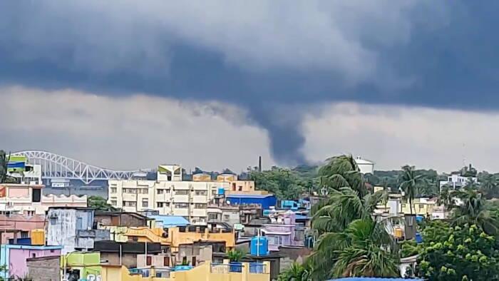 Tornado terlihat mendekat saat Topan Yaas terus bergerak ke pedalaman, di Naihati