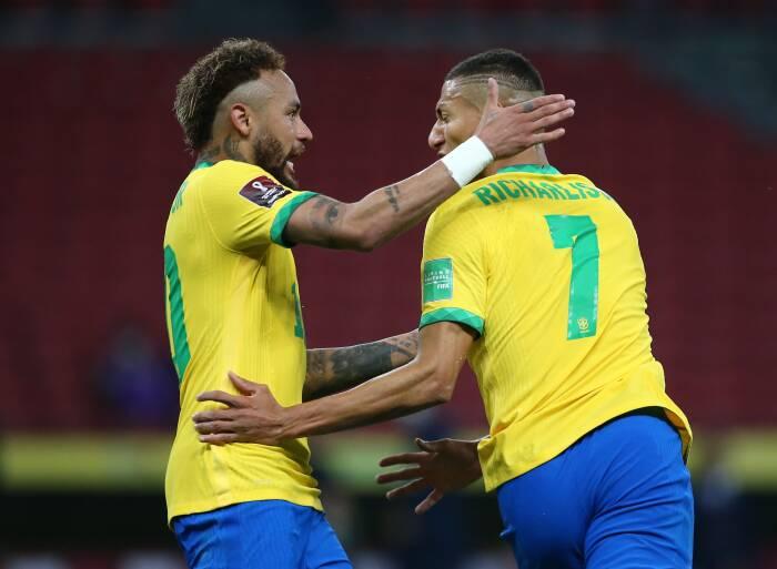 Richarlison dari Brasil merayakan gol pertama mereka dengan Neymar