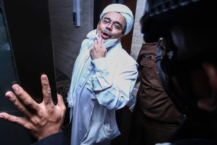 Terdakwa Rizieq Shihab memasuki gedung Bareskrim Polri usai menjalani sidang tuntutan di Jakarta, Kamis (3/6/2021). (Antara)