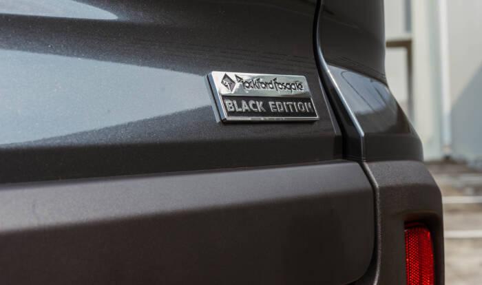 Tampilan belakang dari mobil Xpander Cross Rockford Fosgate Black Edition