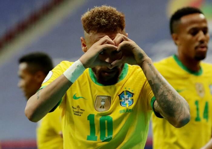 Neymar melakukan selebrasi dengan mencetak gol kedua mereka