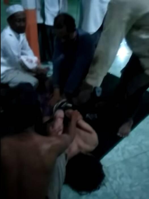 Pelaku ditangkap saat menyerang masjid tanpa busana. (Istimewa)