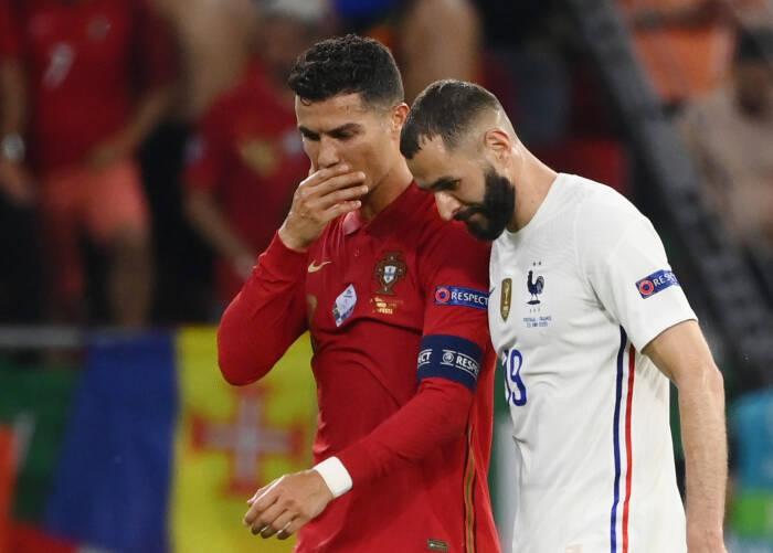 Cristiano Ronaldo dari Portugal berbicara dengan Karim Benzema dari Prancis di akhir babak pertama