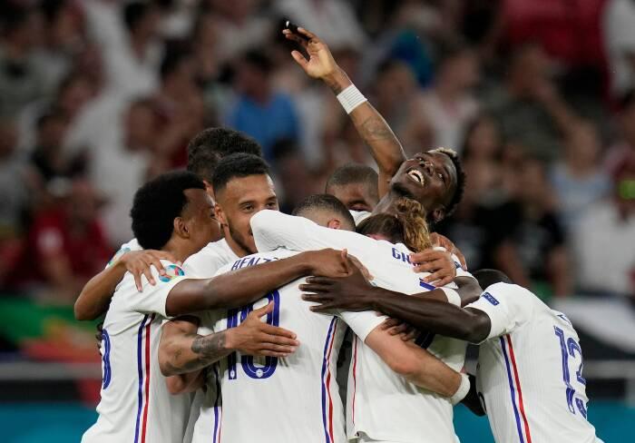 Karim Benzema dari Prancis merayakan mencetak gol kedua mereka dengan rekan satu tim