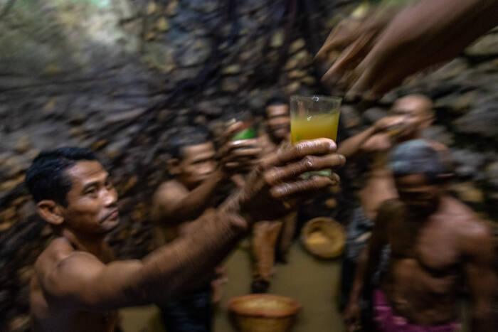Sejumlah warga meminum air tapai sebagai syarat membersihkan mata air Sendangsari (ANTARA FOTO/Aji Styawan)