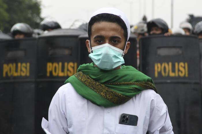 PENDUKUNG RIZIEQ SHIHAB TERTAHAN BLOKADE POLISI