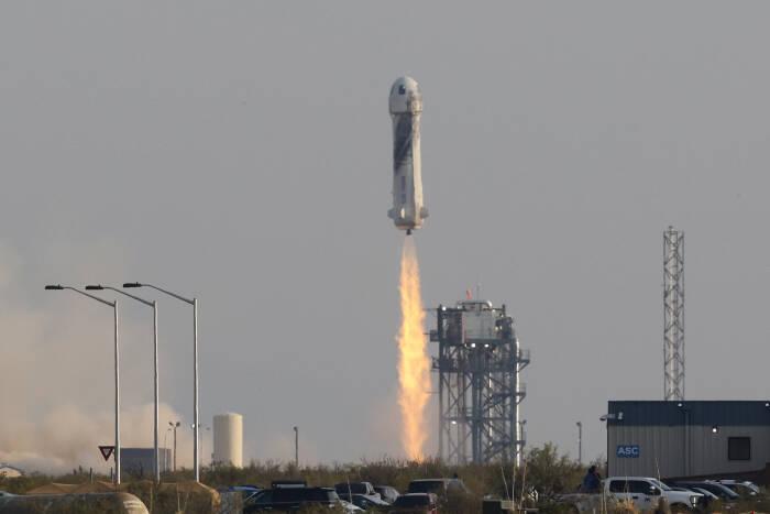 Kapsul yang membawa pengusaha miliarder Jeff Bezos dan tiga anggota awak kembali dengan parasut setelah penerbangan mereka di atas roket New Shepard Blue Origin di dekat Van Horn, Texas, AS, 20 Juli 2021. (photo/REUTERS/Joe Skipper)