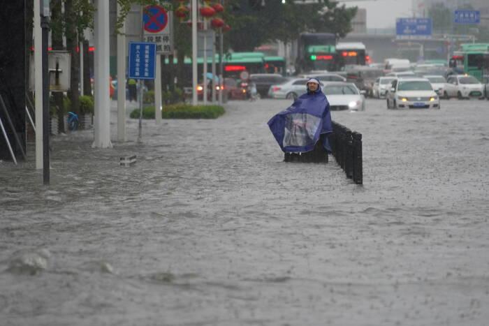 jalan banjir di tengah hujan deras di Zhengzhou
