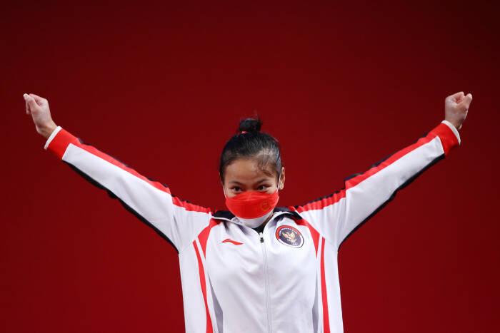 Peraih medali perunggu Windy Cantika Aisah dari Indonesia di Olimpiade Tokyo. (photo/REUTERS/Edgard Garrido)