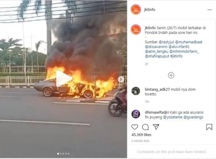 Sebuah mobil mustang terbakar di Pondok Indah