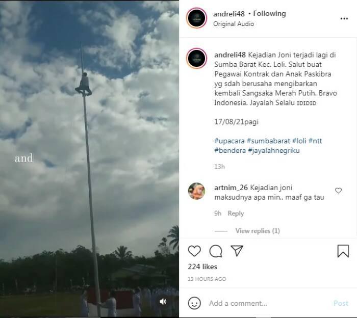 Peserta upacara naik ke tiang bendera karena tali pengait putus saat upacara 17 Agustus di Sumba Barat