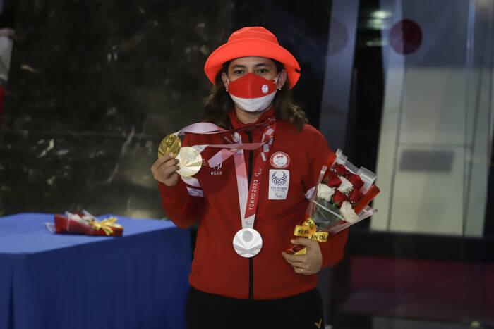 Peraih dua medali emas dan satu medali perak Cabor Para Badminton Leani Ratri Oktila berpose