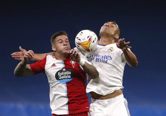 Casemiro dari Real Madrid beraksi dengan Santi Mina dari Celta Vigo